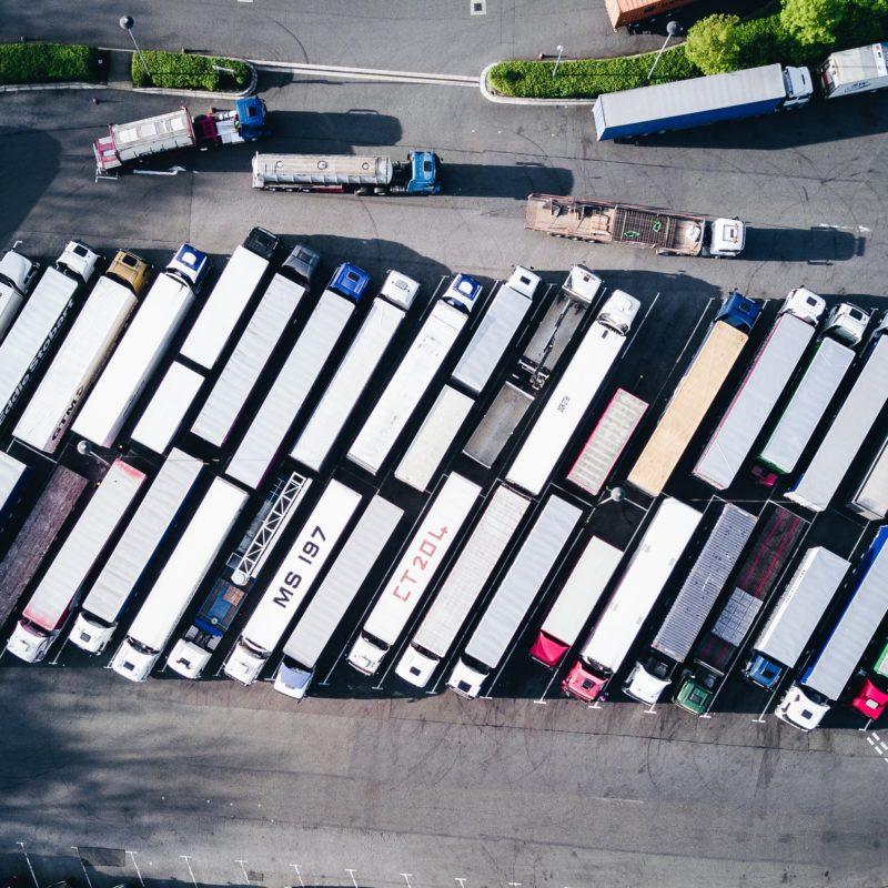 Parkplatz mit LKW