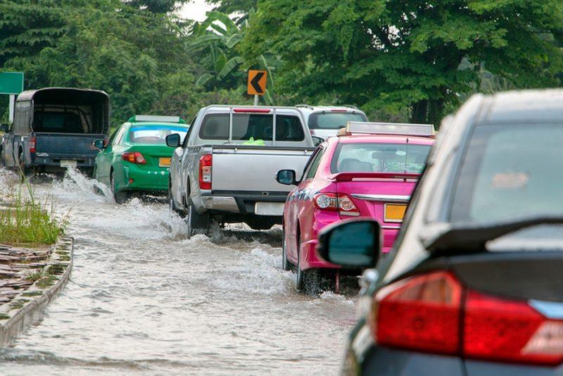 Wie man ein Fahrzeug bei Hochwasser fährt