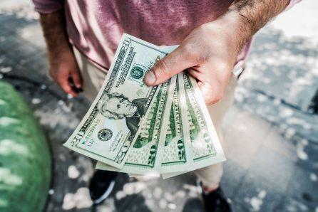 Mann mit Geld für den Führerschein - Quelle Pexels